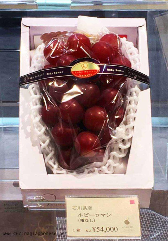 Un grappolo di costosissima uva giapponese in vendita in un department store