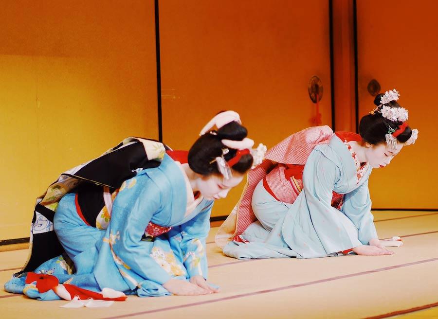 due geishe si inchinano: forme onorifiche della lingua giapponese