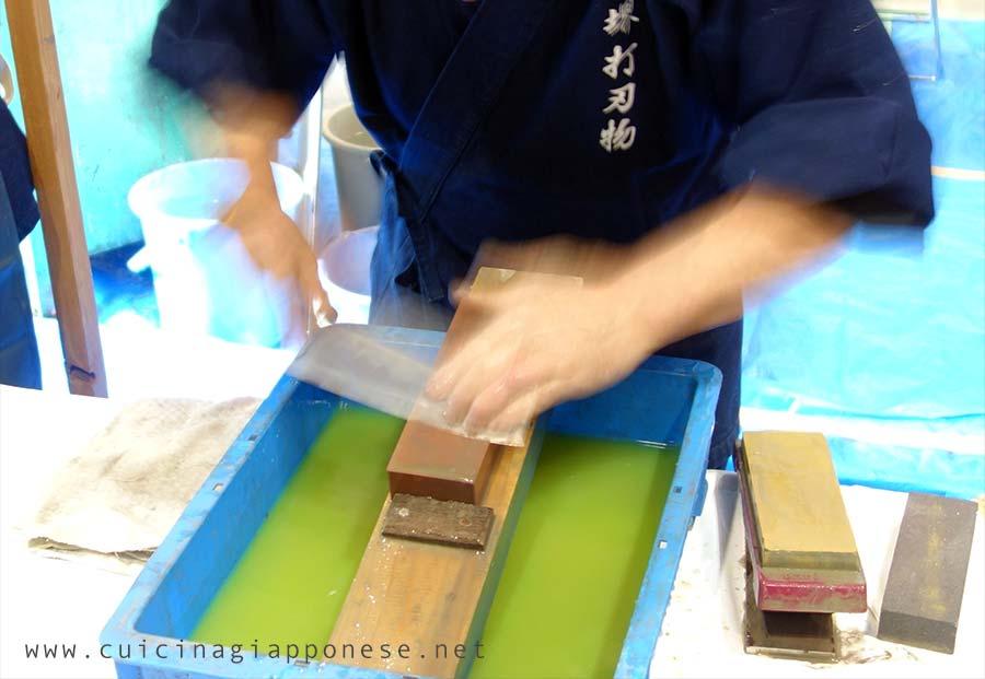 affilatura di un coltello giapponese