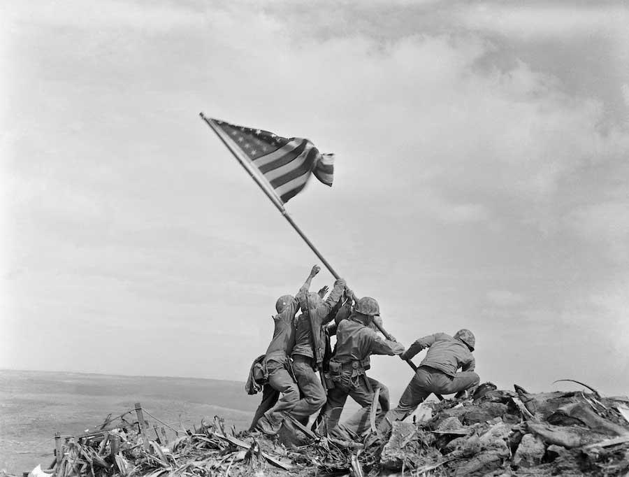 soldati americani issano la bandiera statunitense sul monte Suribachi al termine della battaglia di Iwo Jima