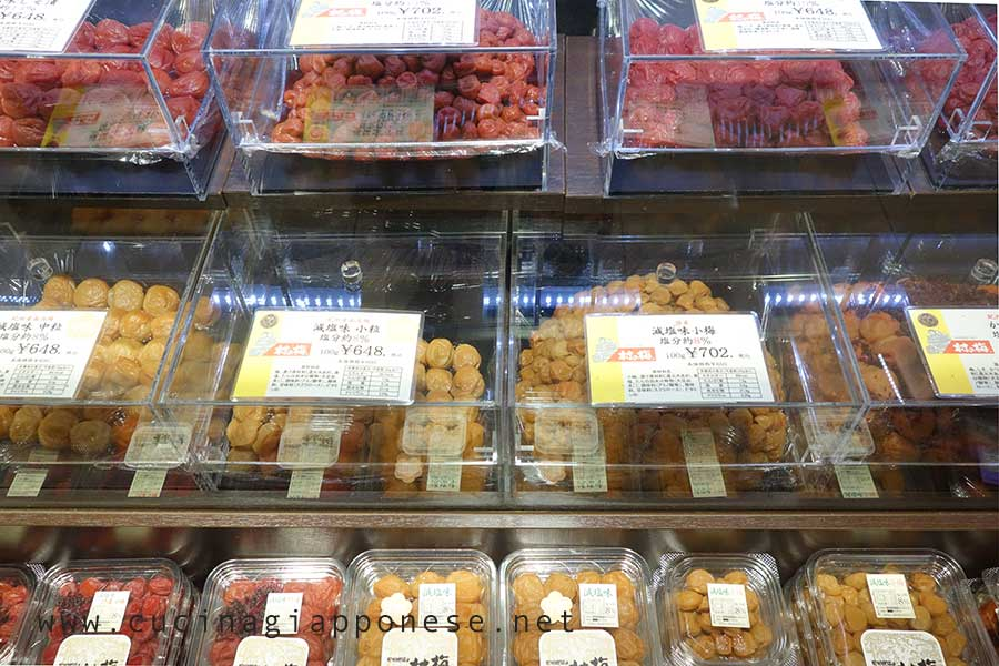 banco degli umeboshi in un supermercato giapponese