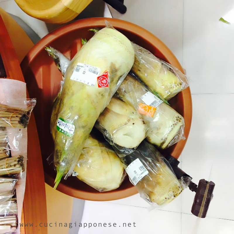 germogli di bambù crudi in vendita in un supermercato giapponese
